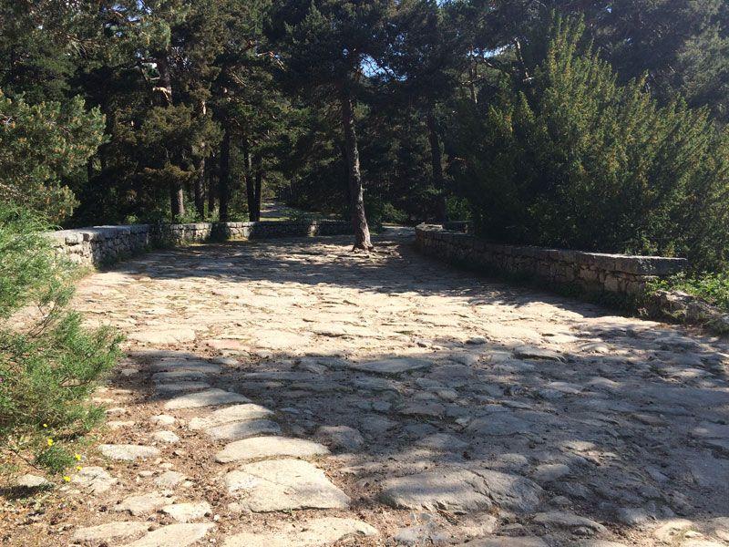 Calzada romana en el Puente del Descalzo - Ruta de los Miradores de los Poetas