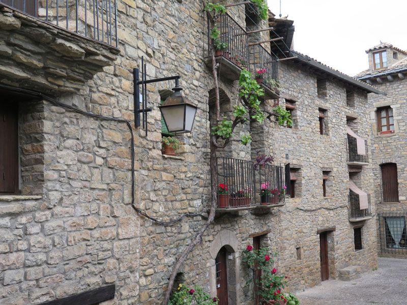 Decoración de las fachadas de la Calle Mayor de Ainsa - Huesca