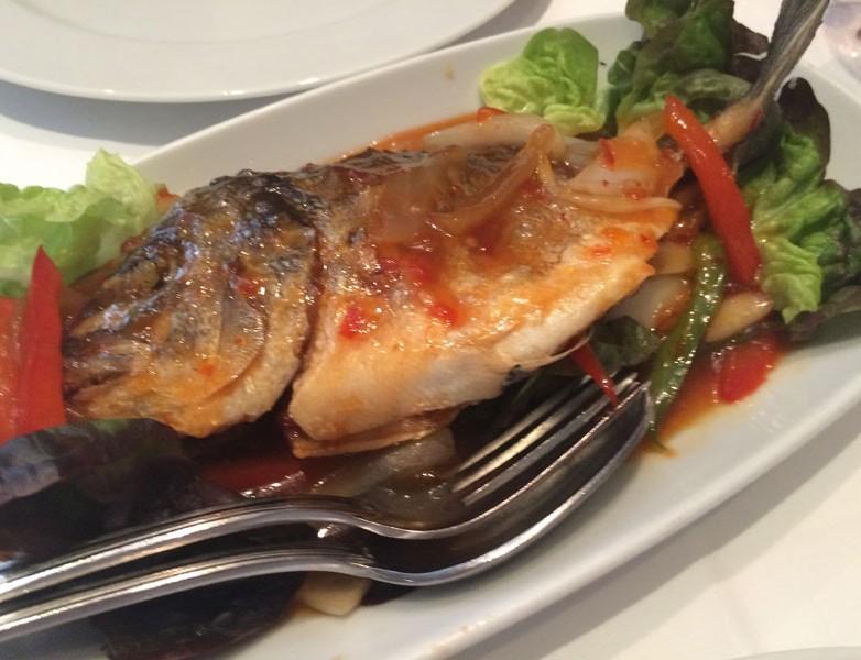 Pla Lad Prik – Dorada crujiente en salsa tamarindo chile y albahaca (delicioso)