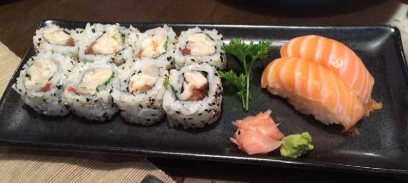 Maki Ceviche uramaki (pescado blanco, langostino, cilantro y lima) y Niguiri de Salmón