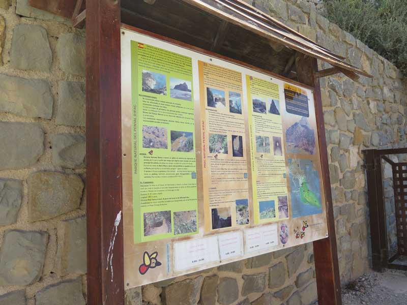 Panel informativo del Parque Natural del Peñón de Ifach.