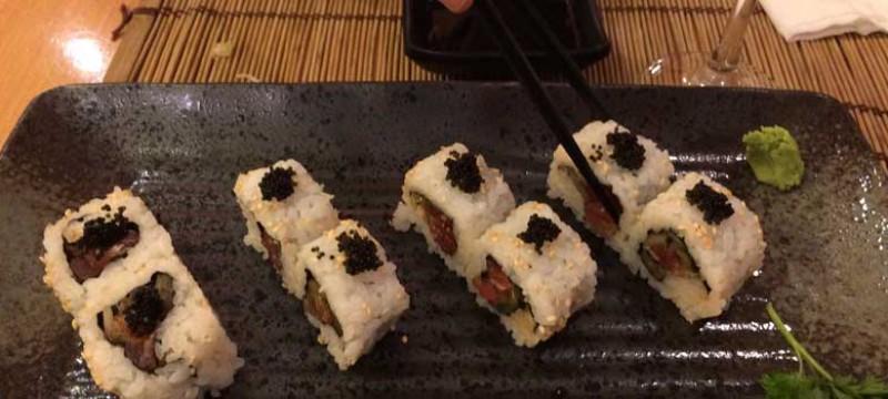 Plato N 18. Norimaki de atún con salsa picante, pepino macerado y cebolleta