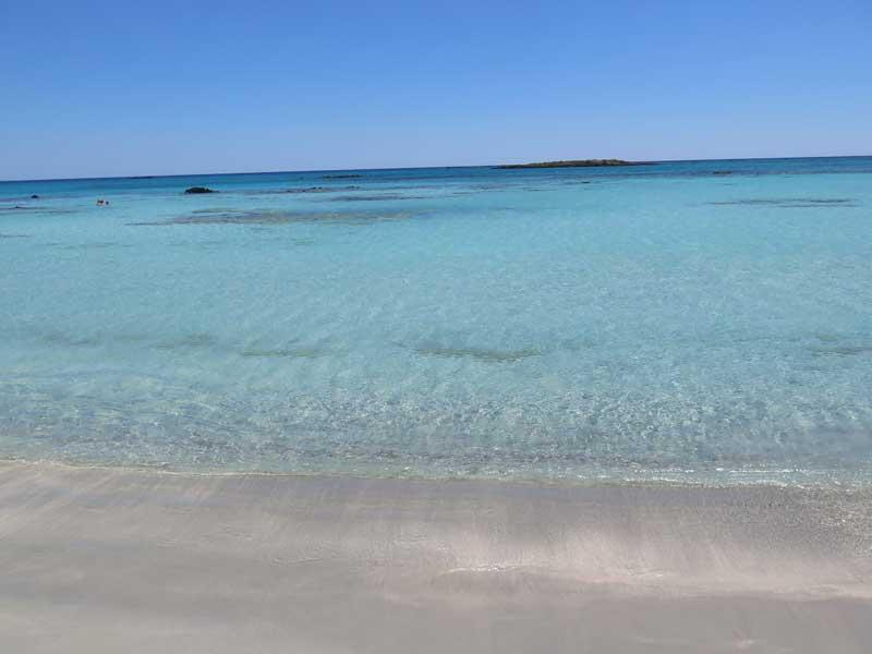 La arenita rosa se percibe en la orilla de la playa de Elafonisi