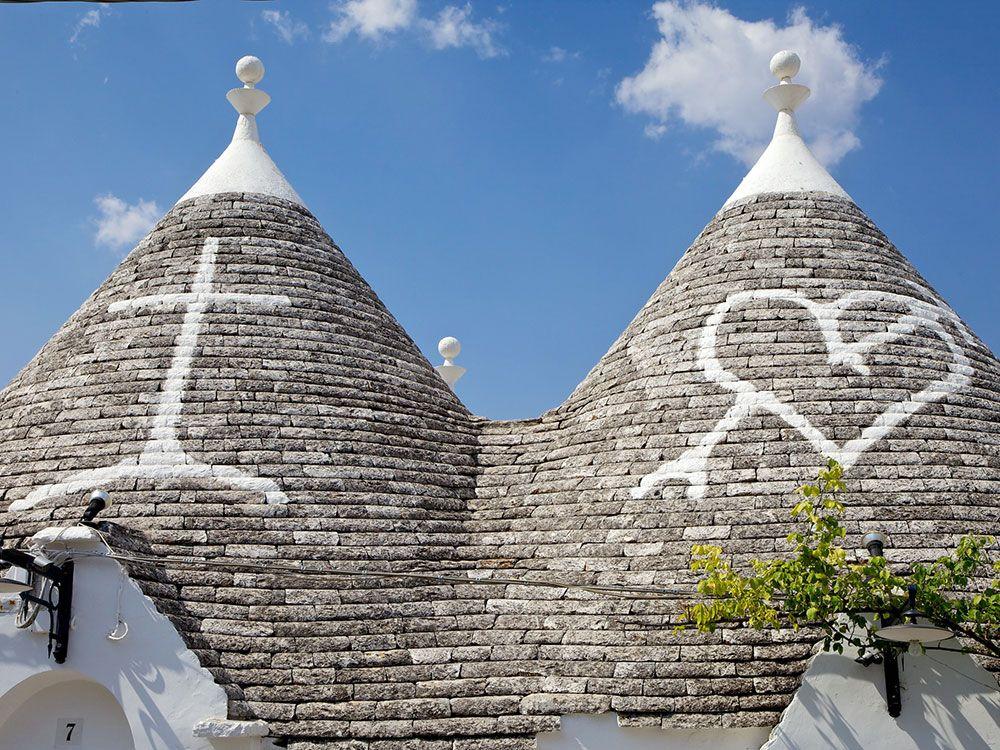 Símbolos pintados en los tejados de dos Trullos