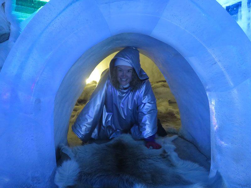 Ártico Ice Bar - Eli saliendo del iglú