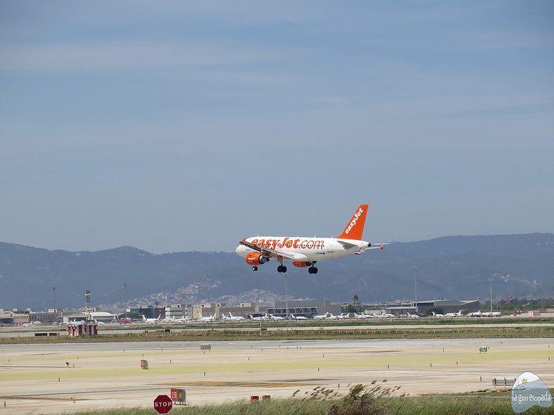Avión aterrizando visto desde el mirador del Prat de Llobregat