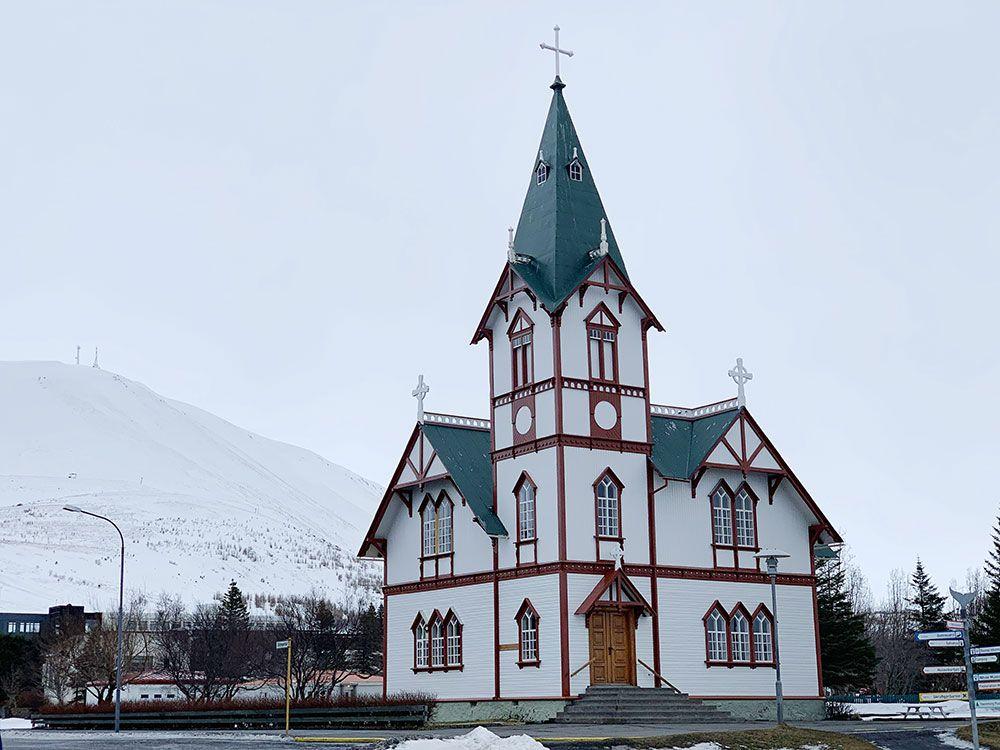 Avistamiento de ballenas en Islandia - Iglesia de Husavík