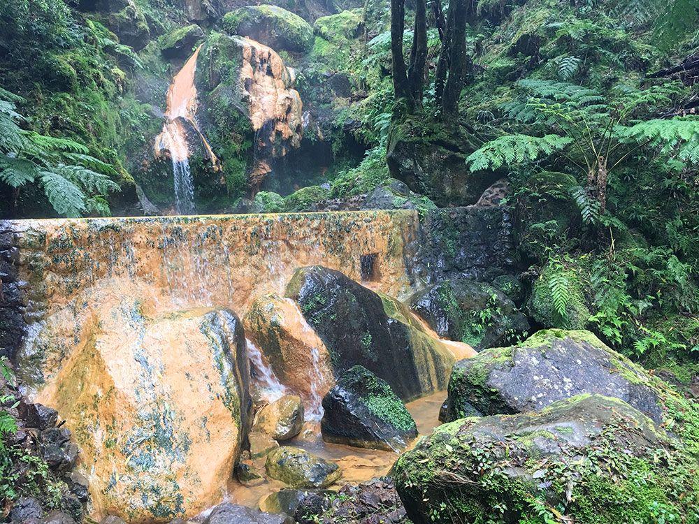 Caldeira Velha - São Miguel - Islas Azores - Rocas marrones