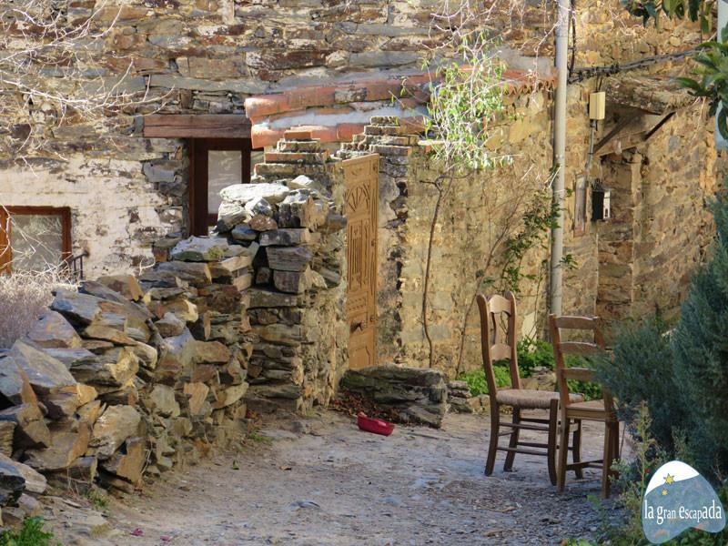 Sillas de madera en la puerta de una casa