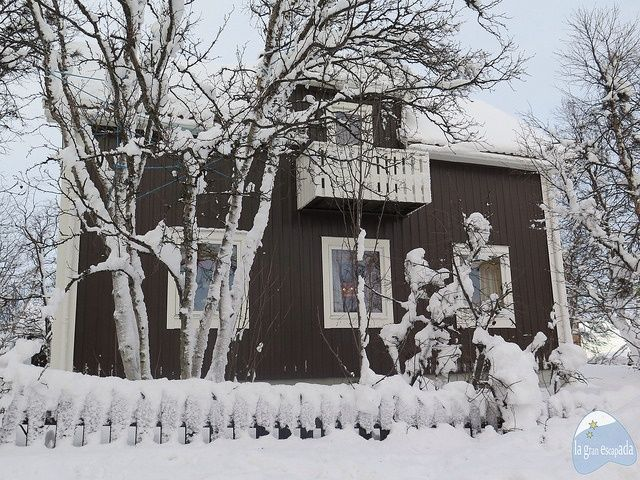 Casita con nieve acumulada en Kiruna