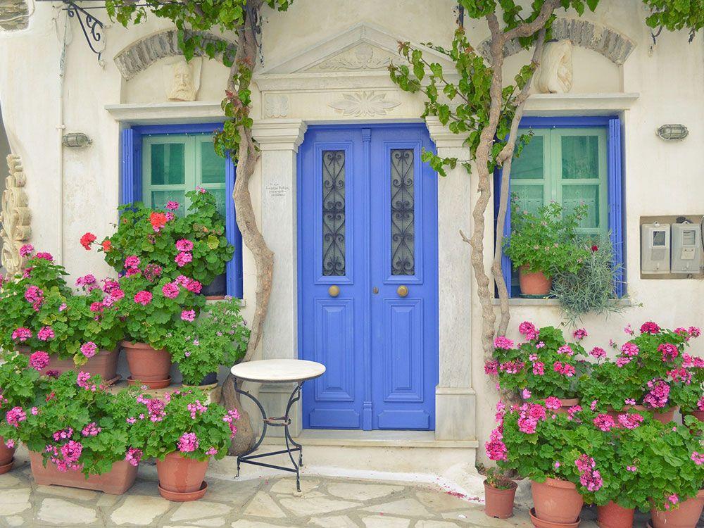 Puerta y ventanas azules de las Islas Griegas