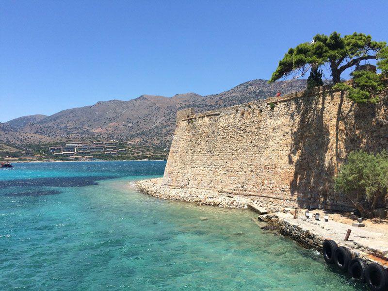 Colores verde turquesa, azul clarito y azul intenso en las aguas que rodean a la Isla de Spinalonga