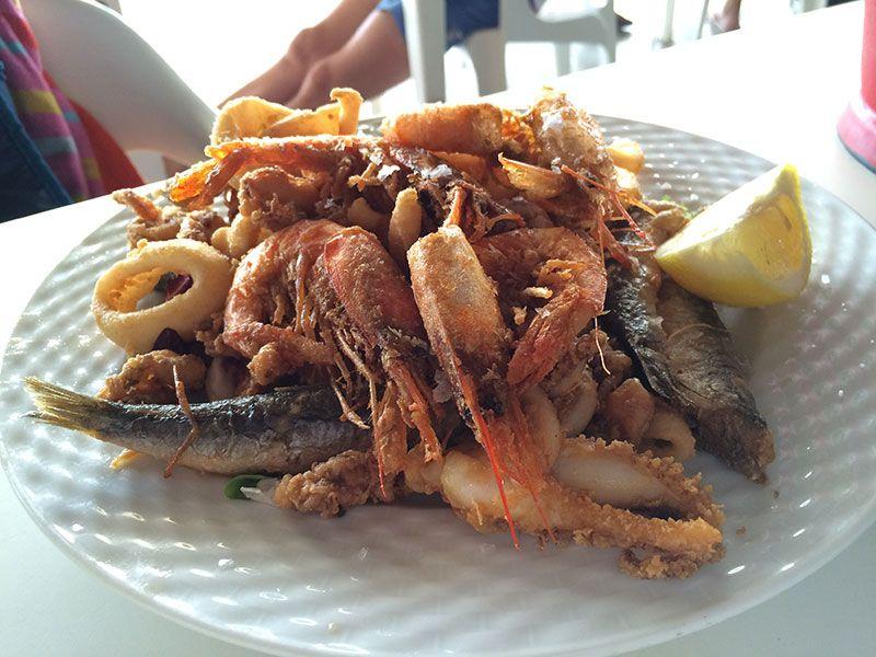 Pescaito del restaurante Es Bruc - Comer en la Playa de Binigaus