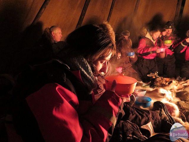 Cenando en la tienda típica del pueblo Sami