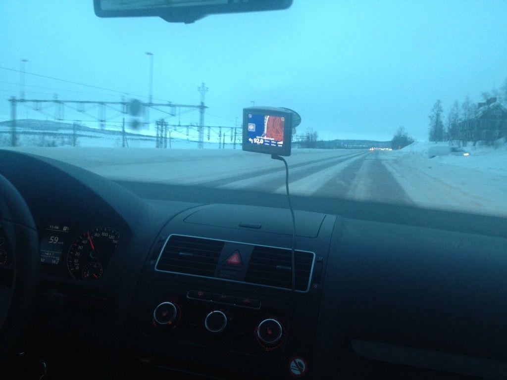Conduciendo desde Kiruna a Abisko en coche de alquiler