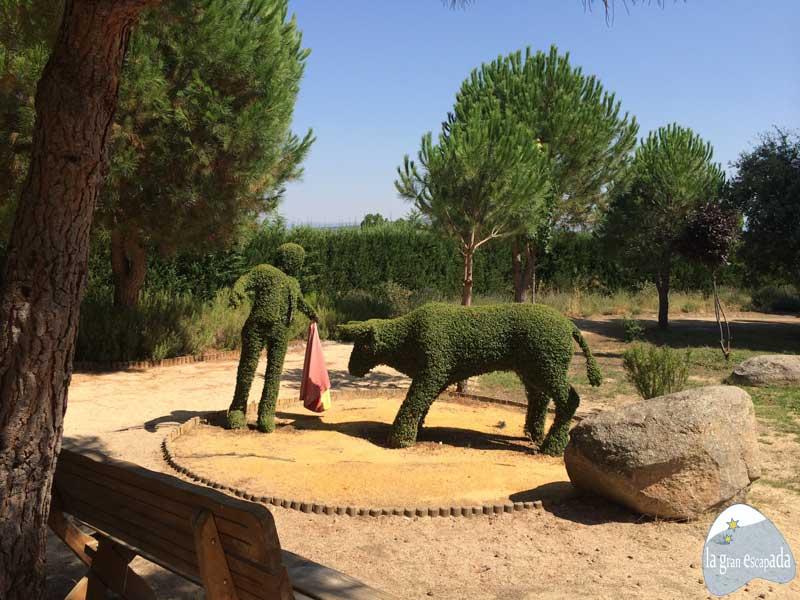 Escultura de un torero toreando