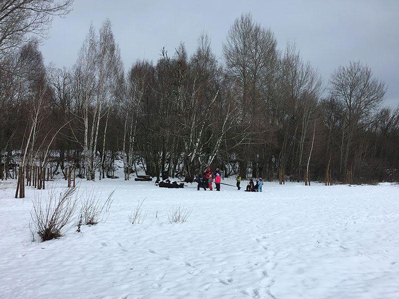 El Bosque Finlandés - Rascafría - Familia jugando con un trineo