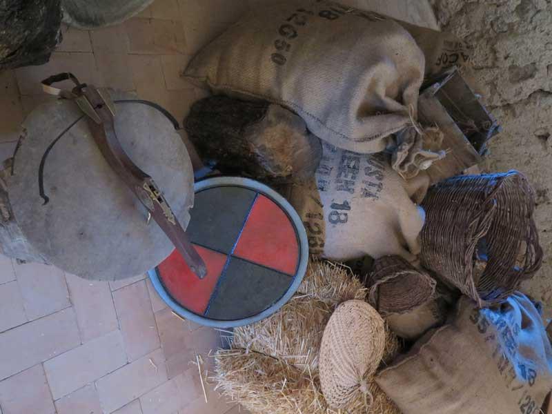 Ballesta y utensilios de almacén de víveres de la época