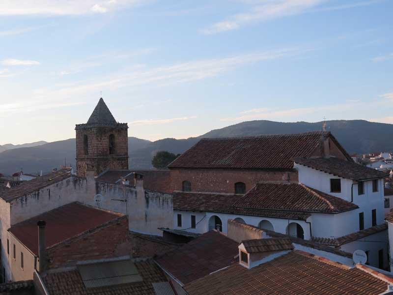 Vista del caso antiguo de Siles con la Iglesia Nª Sª de la Asunción