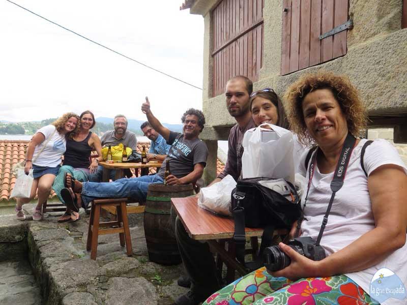 Que ver en Combarro - Foto de grupo con turistas portugueses en el bar Ateneo