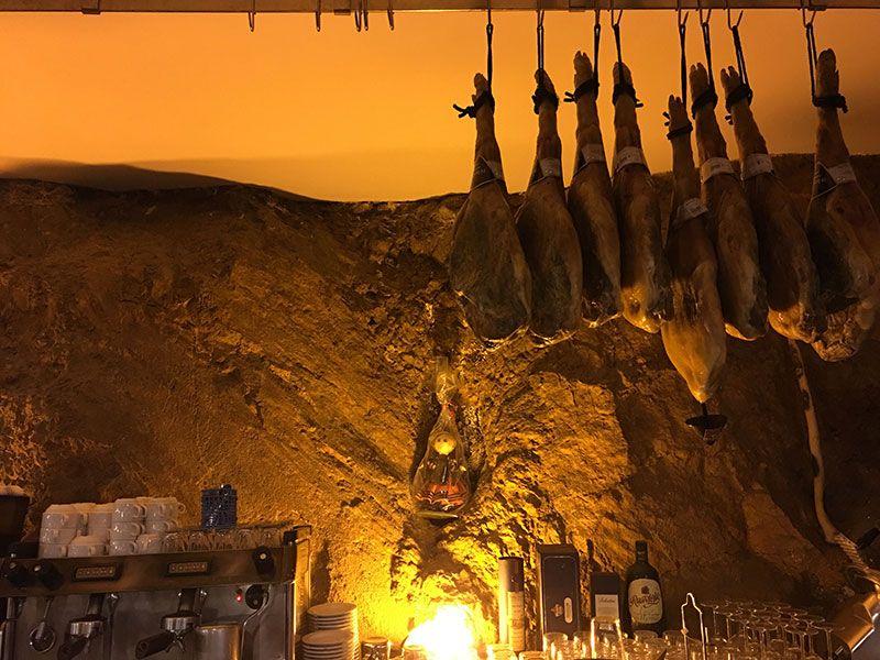 Zona de la barra del restaurante La Parrilla de San Bartolo