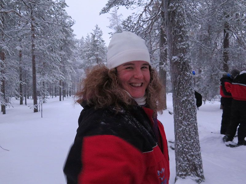 Excursión de raquetas de nieve en Rovaniemi - Eli sonriendo