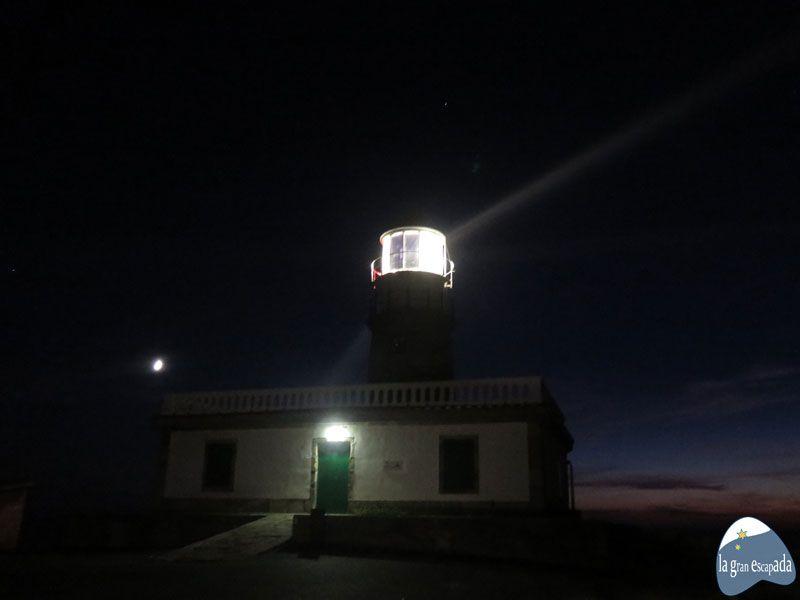 Qué ver y hacer en Corrubedo - Faro de Corrubedo de noche