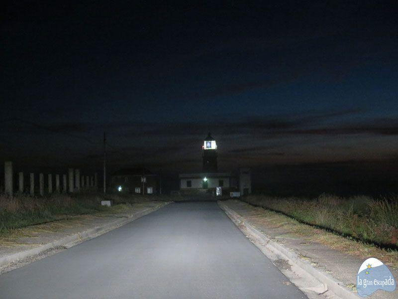 Carretera al Bombilla del faro de Corrubedo de noche
