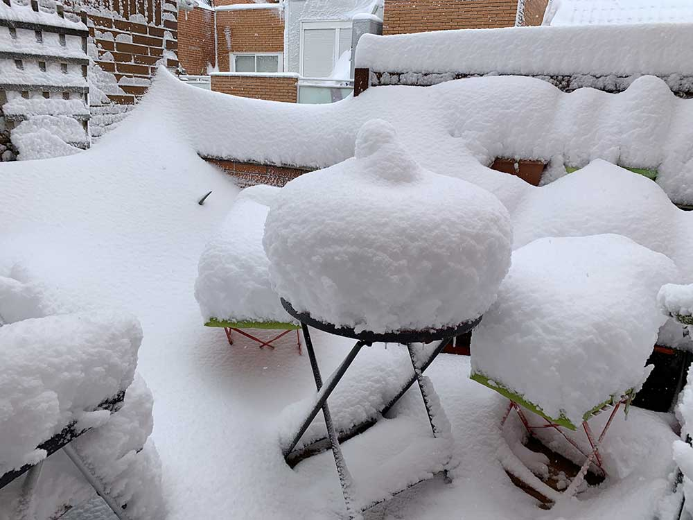 Nieve acumulada en la terraza