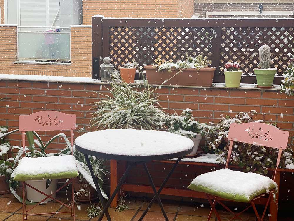 Nuestra terraza con la primera capa de nieve