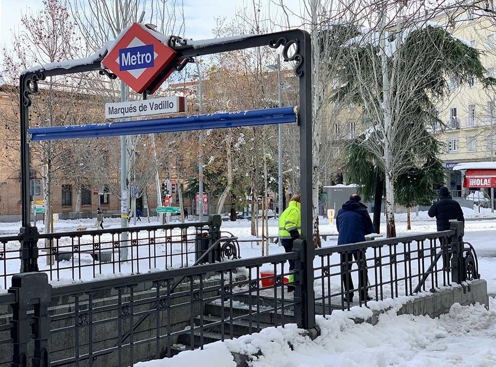 Parada de metro nevada
