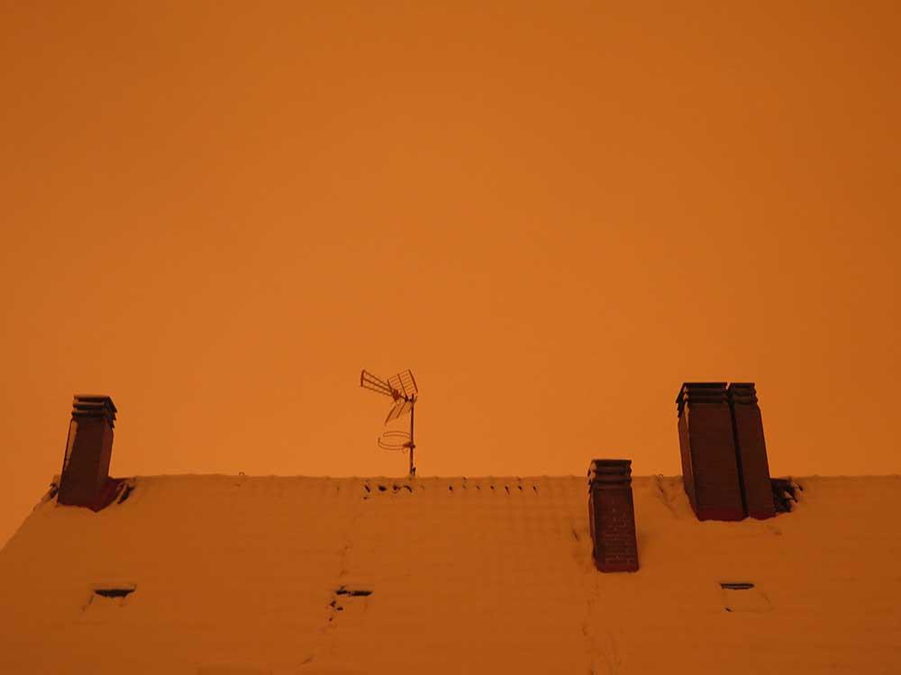 Color anaranjado del cielo con nieve