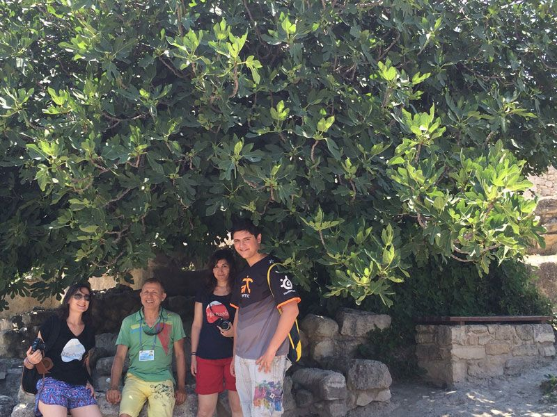 Foto con nuestra simpático guía en el Palacio de Knossos