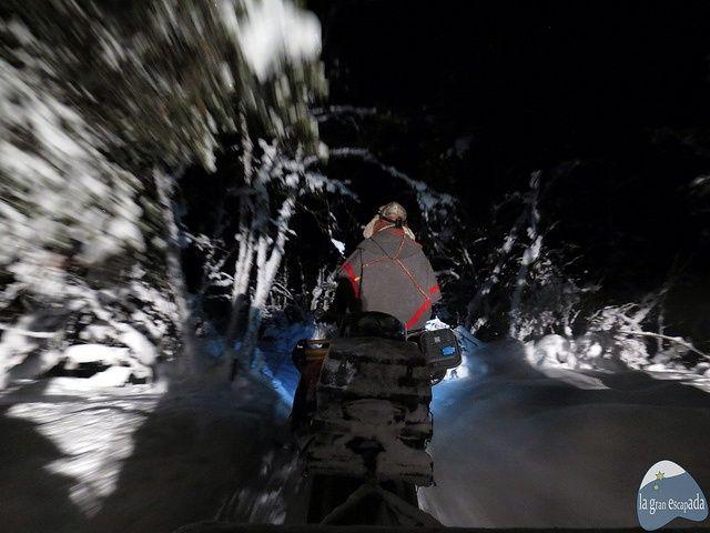 Nils adentrándonos en el bosque en busca de auroras boreales con el pueblo Sami