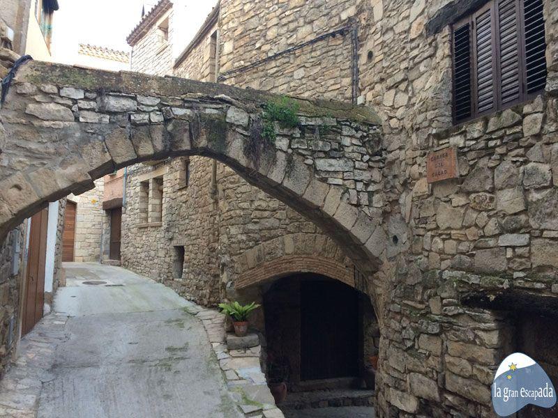 Arco de piedra en uno de los callejones de Guimerà