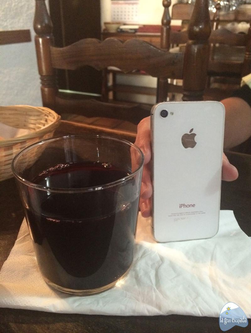 Señor vaso de vino en el restaurante Sant Jordi de Guimerà