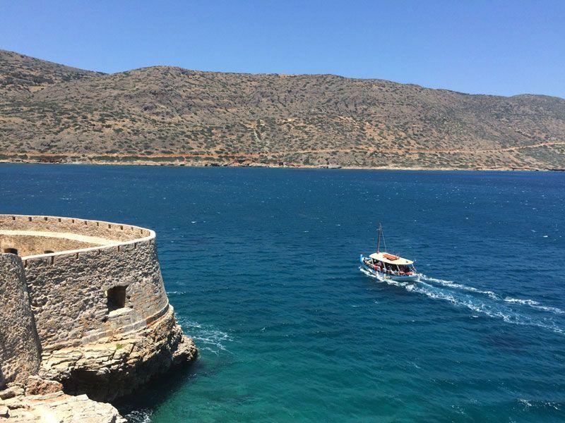 La Isla de Spinalonga adentrándose en las aguas de la bahía
