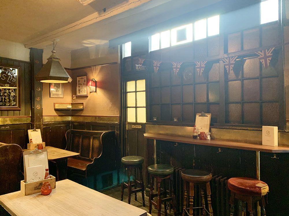 Los pubs más antiguos de Londres - Interior del pub The Lamb & Flag