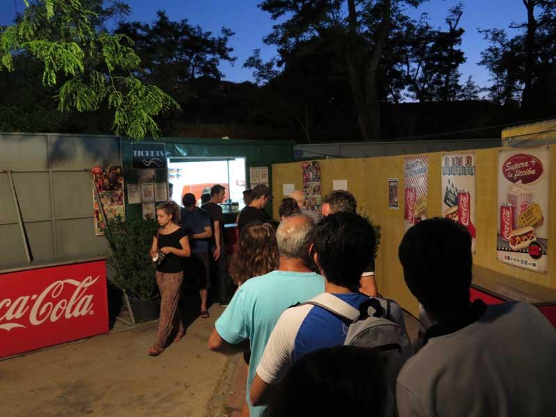 Entrando en el Cine de verano de la Bombilla