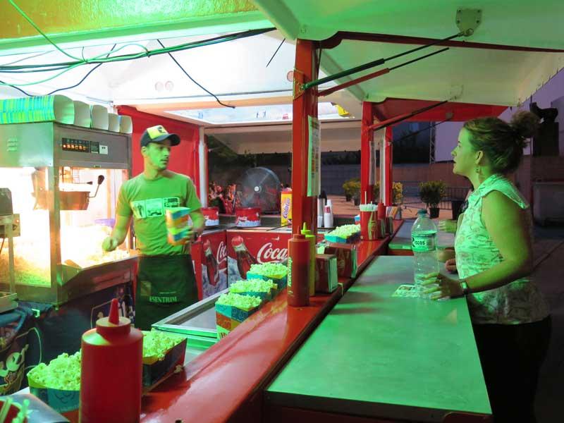 Comprando palomitas en el Cine de verano de la Bombilla