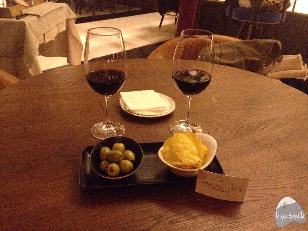 Aperitivos de la casa junto con dos vinos en el restaurante Martinete