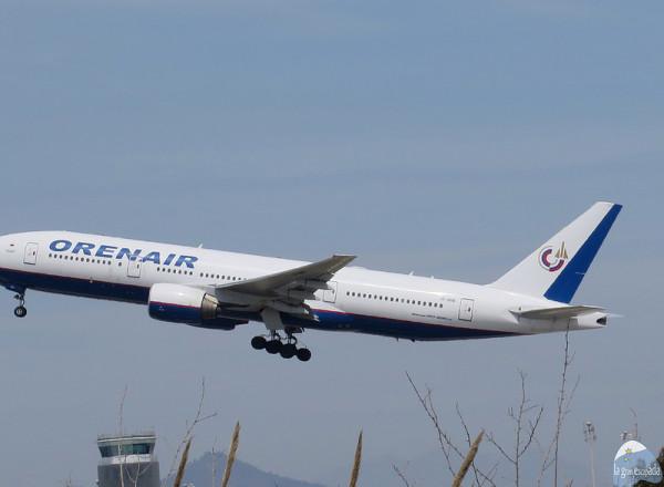Avión de la compañía «Orenair» acabando de elevar vuelo