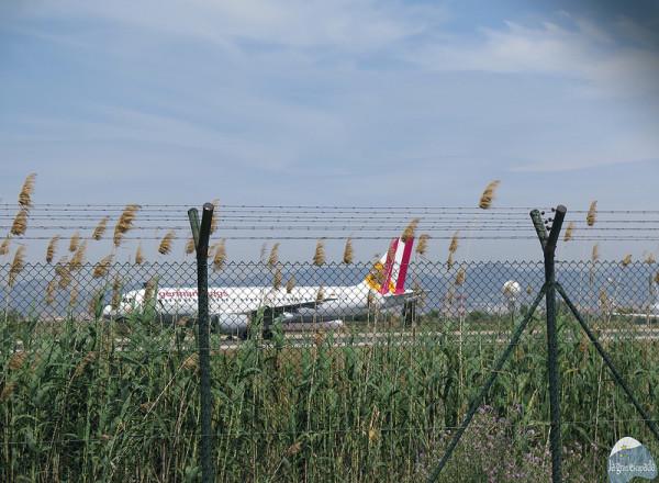 Avión justo en el momento del aterrizaje