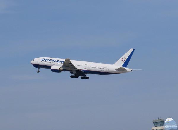 Avión de la compañía «Orenair» despegando