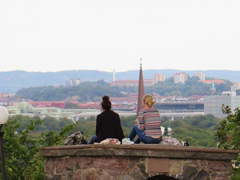 Miradores de Gotemburgo - Suecia - Skansen Kronan - Chicas contemplando la ciudad