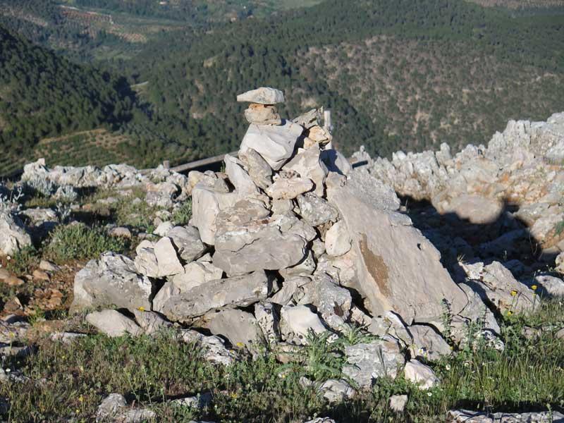 Mojón señalizador del camino a la caseta de vigilancia de la Piedra del Cambrón