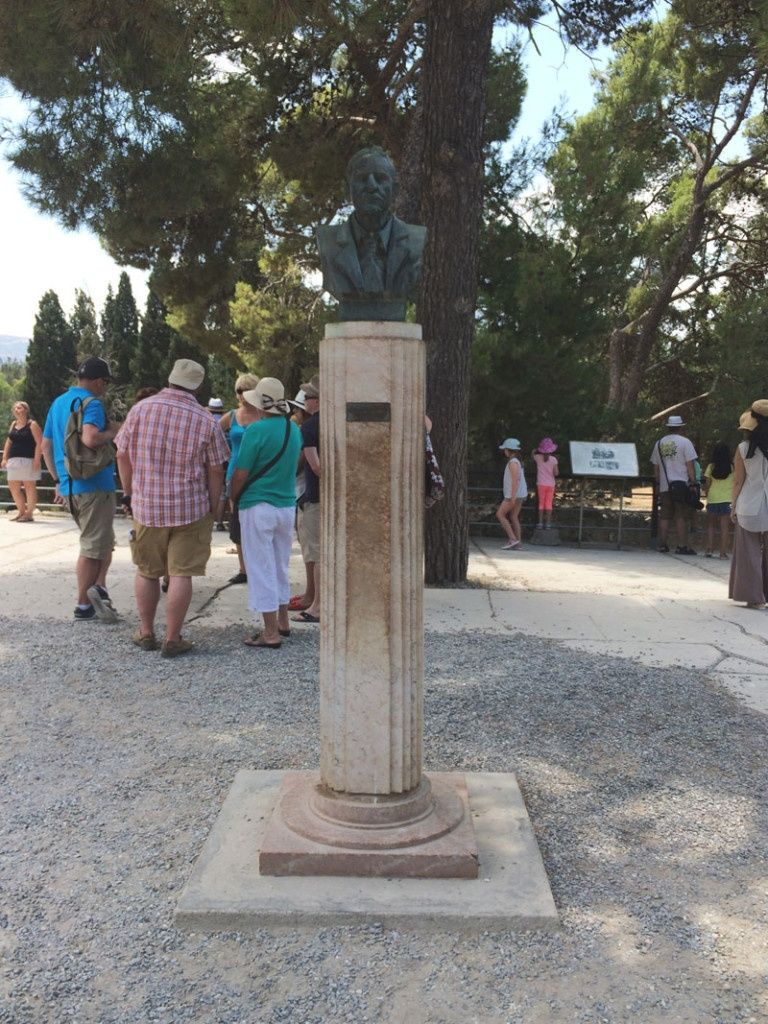 Busto homenaje a Arthur Evans, descubridor de las ruinas del Palacio de Knossos