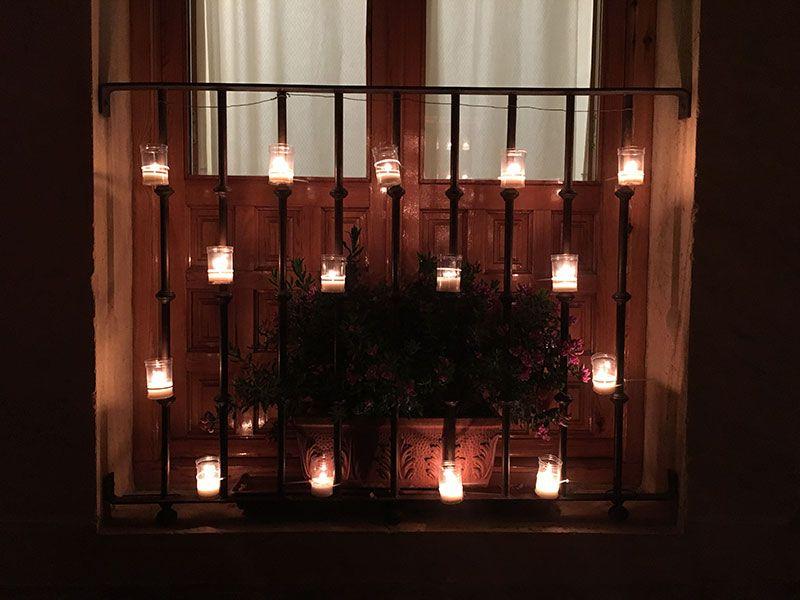 Noche de las Velas de Pedraza - Reja con velas encendidas