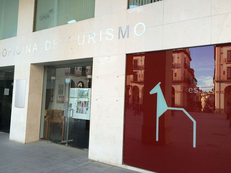 f3c11b10d621f Oficina de Turismo de Huesca en la Plaza Luis López Allué