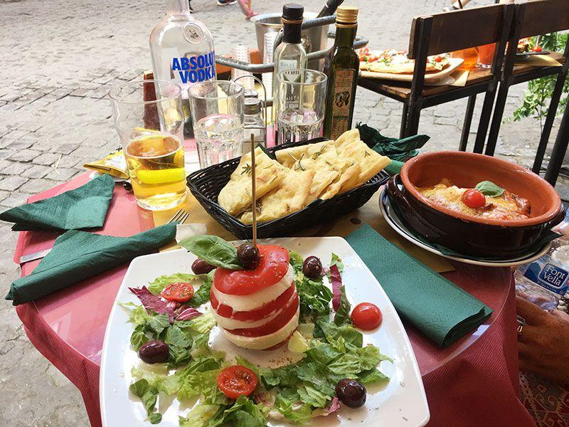 Ombre Rosse - Restaurante en Trastevere - Roma - Mesa repletita